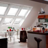 Наклонные окна на кухне в мансарде