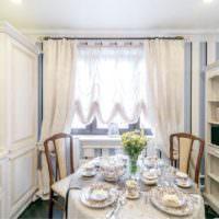 Сервировка обеденного стола в небольшой кухне частного дома