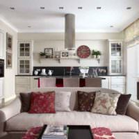Подушки на сером диване в интерьере кухни-гостиной