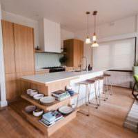 Деревянный пол на кухне-гостиной
