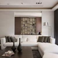 Белый диван в зоне отдыха