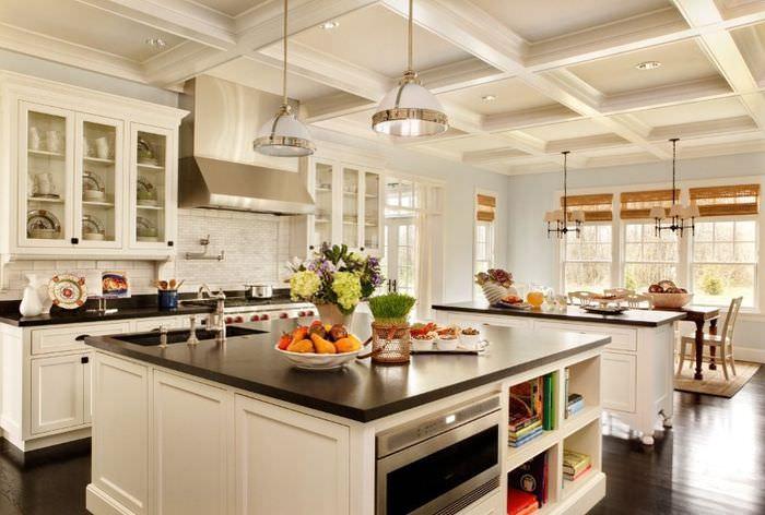 Дизайн светлой кухни сельского дома с рельефными балками на потолке