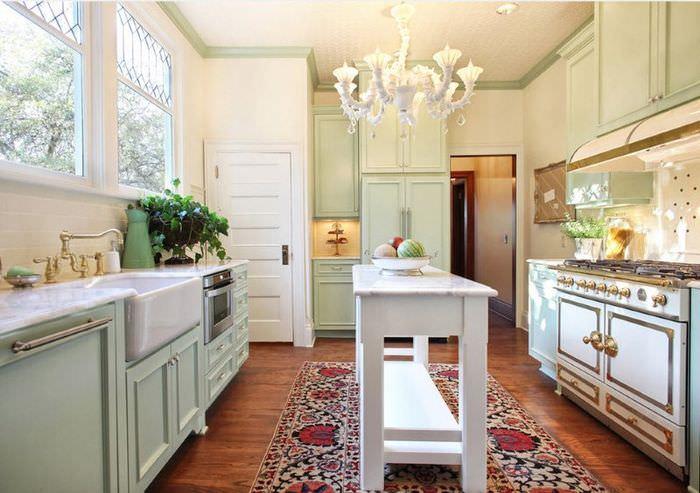 Ковер на паркетном полу в кухне классического дизайна