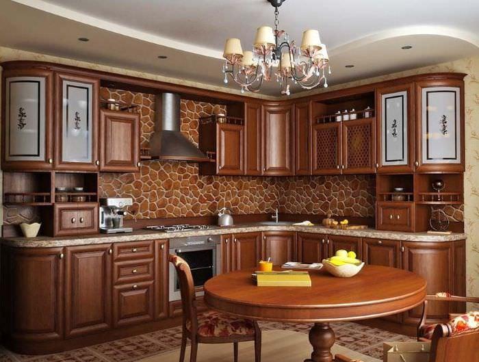 Интерьер кухни в классическом стиле с гарнитуром из натурального дерева