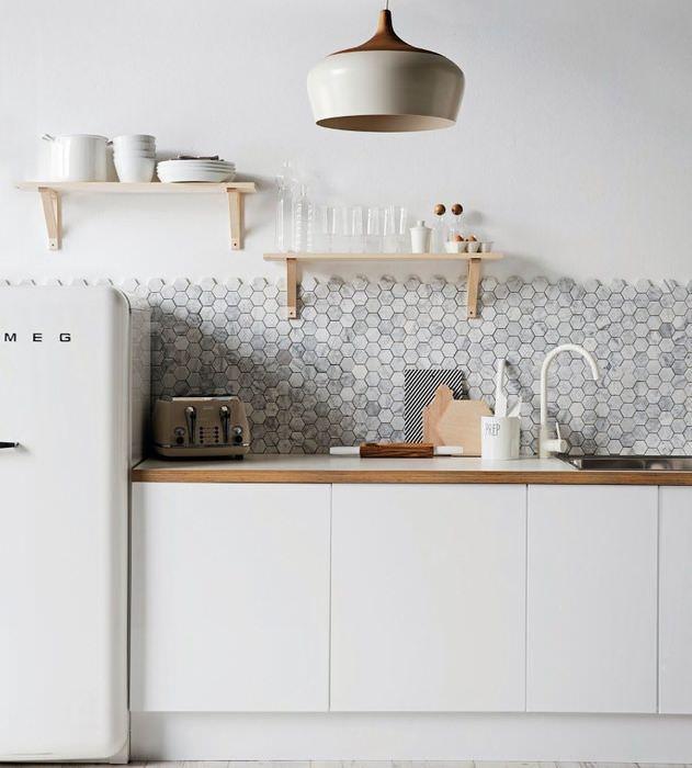 Интерьер белой кухни в стиле минимализма