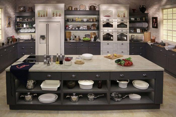 Кухонный остров с полками для хранения посуды