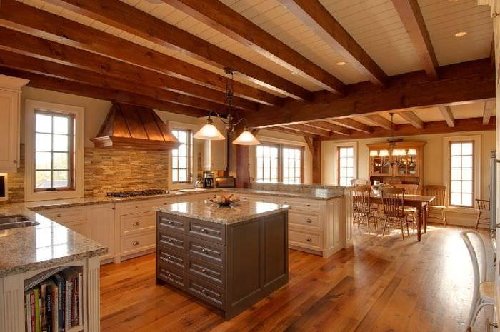Деревянные балки на потолке в кухне-гостиной немецкого стиля