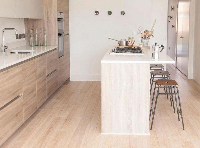 Варочная поверхность в кухонном острове на маленькой кухне