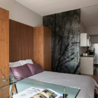 Дерево в интерьере спальной комнаты