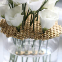Оригинальный декор вазы из гаек
