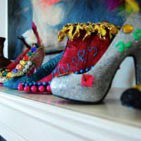 Декорирование интерьера оригинально украшенными туфлями
