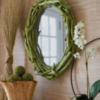 Рама из веток для зеркала в спальне