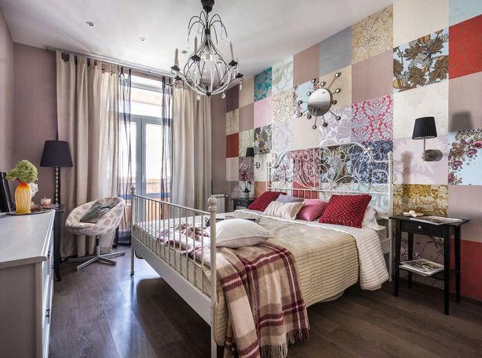 Оклейка стены в спальне лоскутами из обоев различного типа