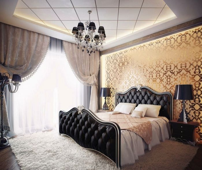 Декорирование стены в спальне обоями с золотым принтом