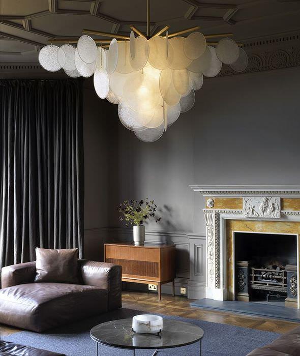 Оригинальная люстра в форме облака в комнате с серым интерьером