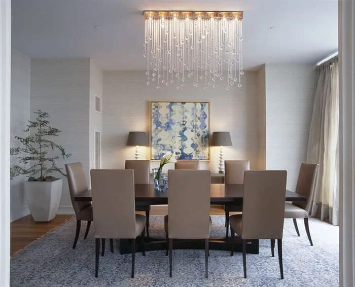 Современная люстра в интерьере гостиной городской квартиры