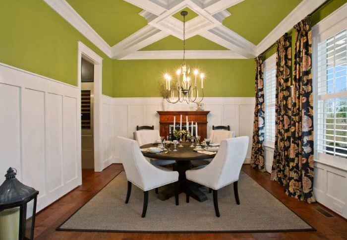 Интерьер гостиной с люстрой на зеленом потолке