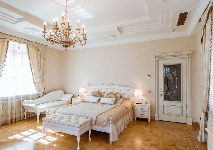 Светлая дверь со стеклом в интерьере классической спальни
