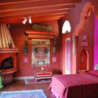 Красный интерьер комнаты в духе востока