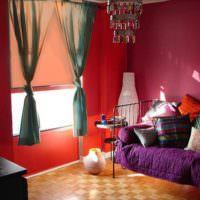 Пестрые подушки в декоре спальни