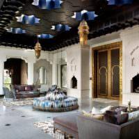 Черный потолок в интерьере жилой комнаты марокканского стиля