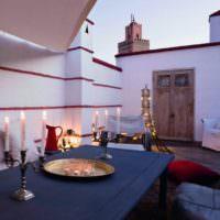 Обеденный стол во дворе марокканского дома