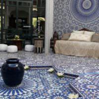 Мозаичная плитка в оформлении стен и пола комнаты