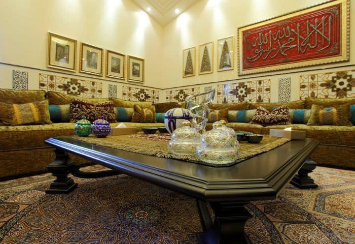 Журнальный столик в гостиной марокканского стиля