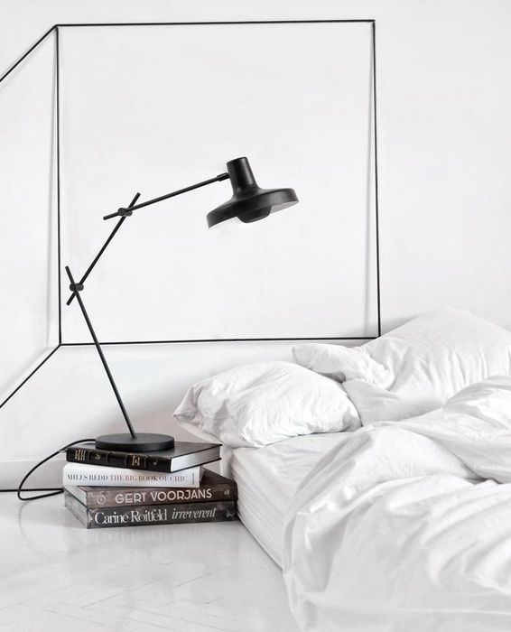 Пример экстра-минимализма в убранстве спальной комнаты