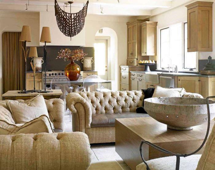 Мягкая мебель с обивкой из мешковины в интерьере гостиной