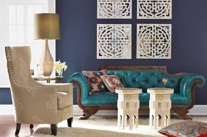 Пуфы, кресло и диван в гостиной марокканского стиля