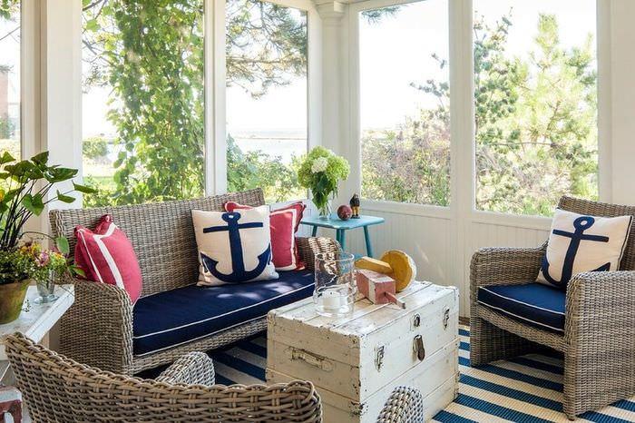 Мебель из ротанга в гостиной морского стиля