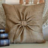 Красивая подушка с наволочкой из обычной мешковины