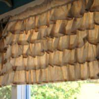 Занавески из мешковины в оформлении кухонного окна