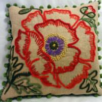 Подушка из мешковины с вышивкой для декора интерьера