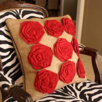 Красные розы на подушке из мешковины