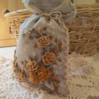 Мешочек из мешковины с розами из ниток