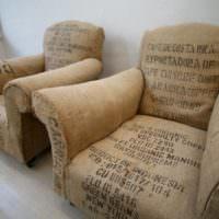 Два кресла после драпировки мешковиной