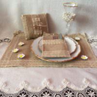 Сервировка стола с использованием изделий из мешковины