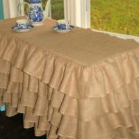 Столик для чаепития, покрытый скатертью из мешковины