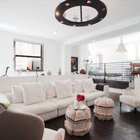 Интерьер гостиной с белым потолком и темным полом