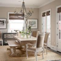 Гостиная частного дома с деревянным столом для обедов
