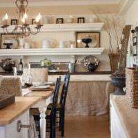 Открытые полки на кухне в деревенском стиле