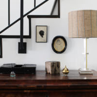 Настольная лампа с плафоном из мешковины