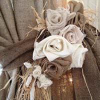 Розы из мешковины на подвязке для занавесей