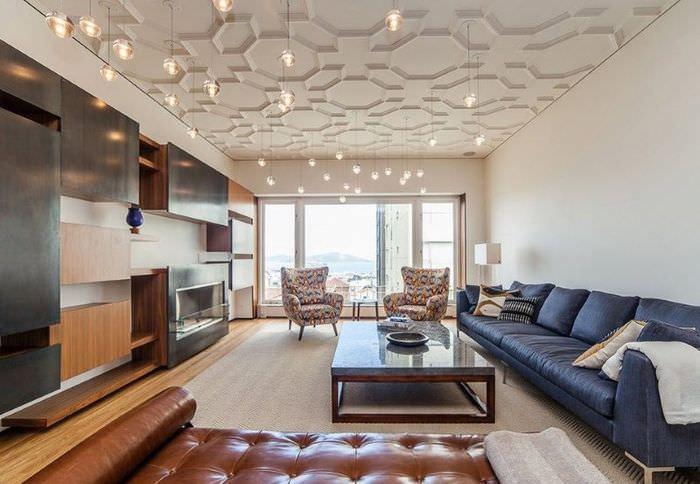Дизайн просторного зала с молдингами на белом потолке