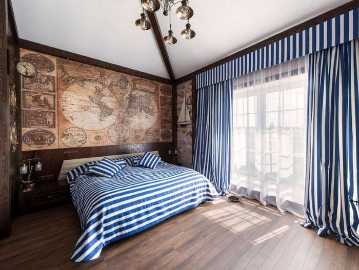 Старая морская карта над изголовьем кровати