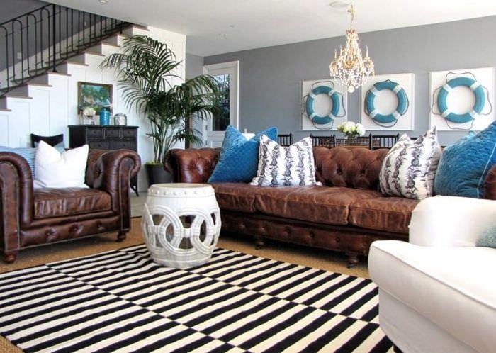Полосатый ковер перед диваном коричневого окраса
