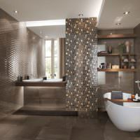 Стеклянная мозаика нас= стене ванной комнаты