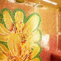 Цветы из мозаики в душевой кабине